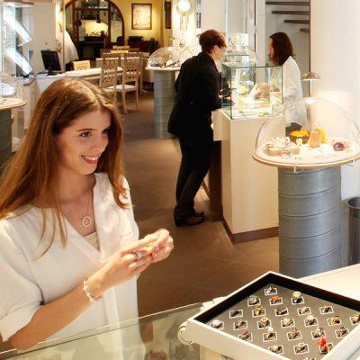 Mitarbeiter/in im Verkauf als Fachverkäufer/in Bereich Uhren und Schmuck